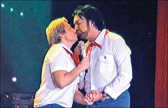 Киркоров поцеловал Баскова в губы на 35-летие «натурального блондина»