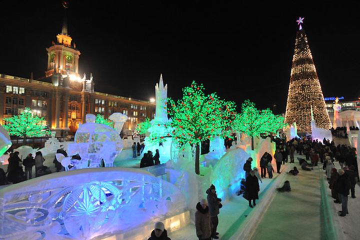 В эту же сумму входит возведение на площади 1905 года 46-метровой елки,  детских горок и лабиринтов, скульптур Деда Мороза и Снегурочки, а также  обезьяны в ... a1edb74603a