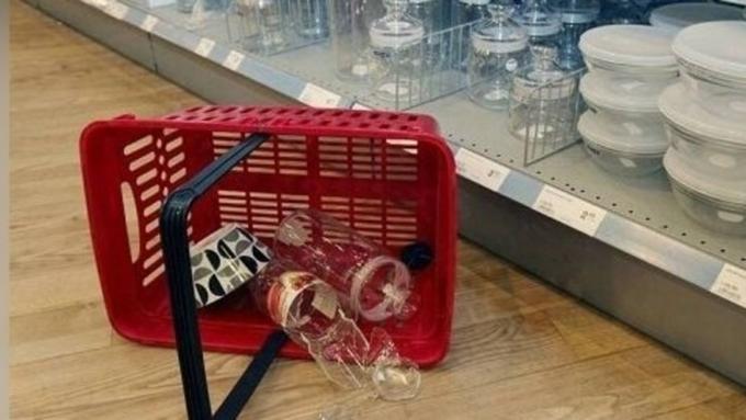 Покупатель разбил посуду в магазине должен оплатить