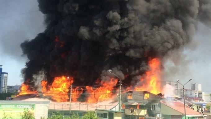 Сверепый пожар вБарнауле: полыхает спортивный стадион