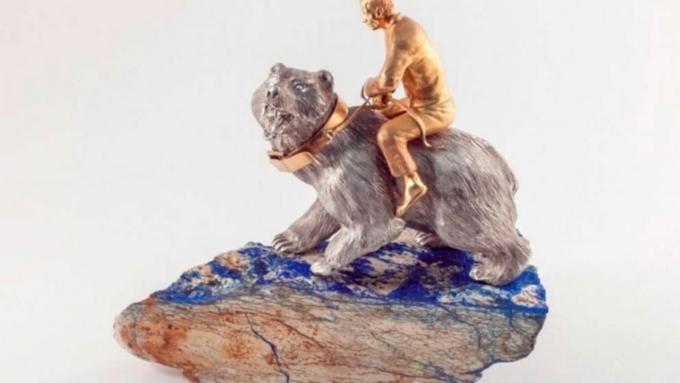 Алтайский скульптор сообщил президенту фигурку В.Путина верхом намедведе