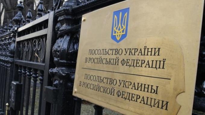 Яйца ипомидоры покрыли украинское посольство в столице России — Симметричный ответ