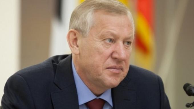 Вмомент голосования главы города Челябинска упал герб РФ