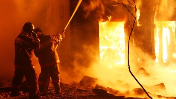 Cотрудники экстренных служб ищут коллег, пропавших при тушении пожара наскладе в столице России