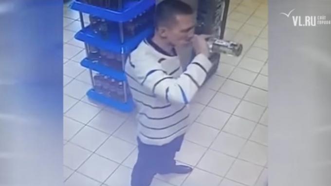 Гражданин Владивостока пьет водку прямо вмагазине, чтобы занее неплатить
