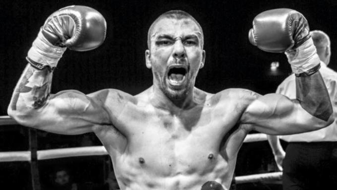 Британский боксер Майк Тоуэлл умер после нокаута