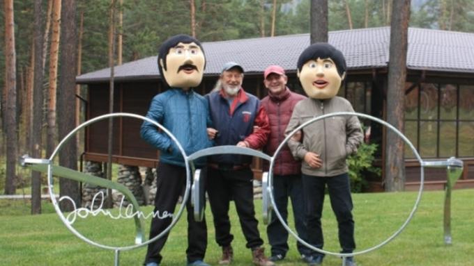 Монумент круглым очкам лидера The Beatles установили наАлтае