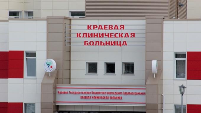 Изокна краевой медицинской клиники вБарнауле выпал мужчина