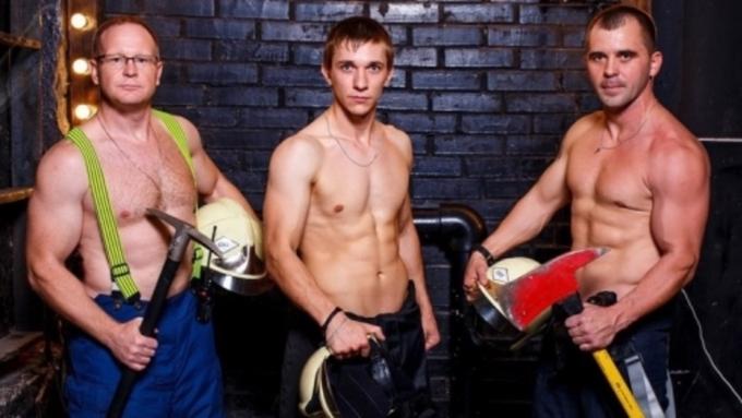 Омские пожарные разделись для благотворительного календаря