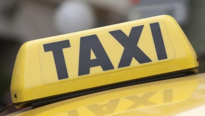 Муж смотрит как его жена расплачивается с таксистом