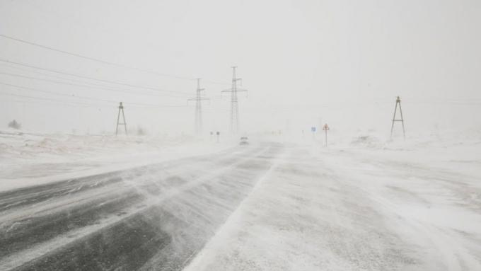 Движение нанескольких автотрассах Алтая ограничено из-за метели