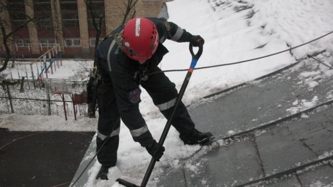 Мужчина упал скрыши педуниверситета вБарнауле впроцессе чистки снега