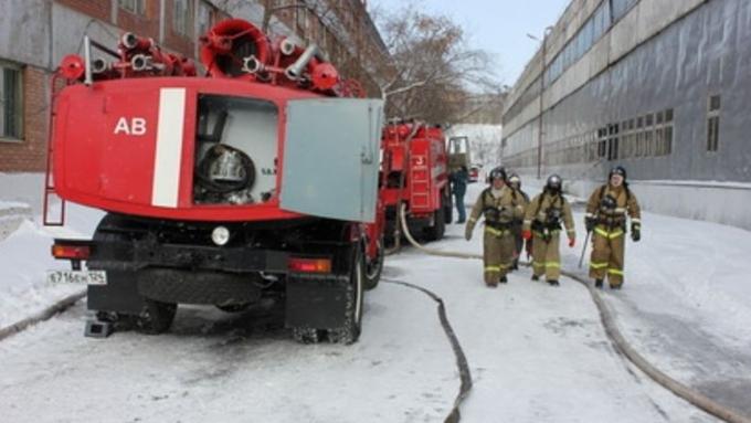 Неменее 50 спасателей тушили пожар наБарнаульском шинном комбинате