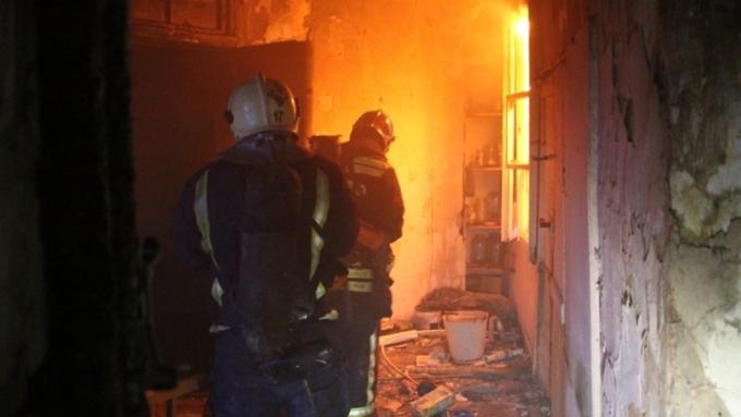 Пожарные спасли мужчину изгорящей квартиры вРубцовске