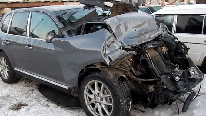 ВБарнауле Порше Cayenne протаранил фургон Вольво, пострадали три человека
