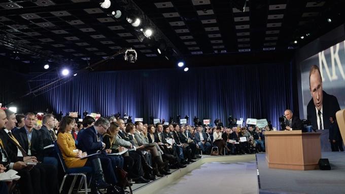 Для репортеров открыли вход взал, где будет проходить пресс-конференция В. Путина