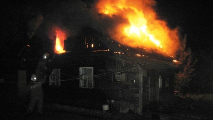 Валтайском селе впожаре погибла женщина сдесятилетней дочерью