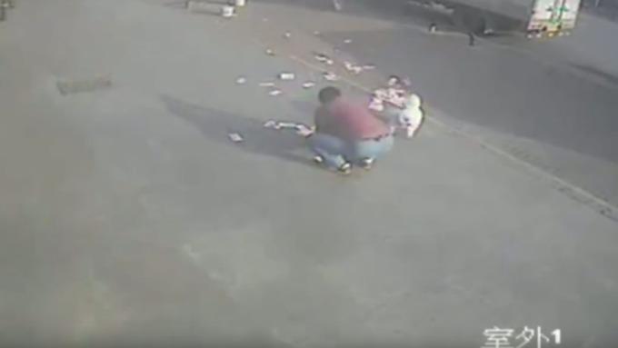 Прохожие помогли мужчине собрать унесенную ветром годовую заработную плату