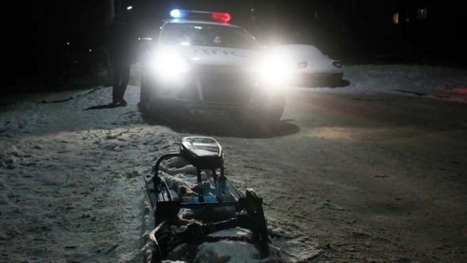 Два ребенка съехали сгорки под колеса авто вНовосибирской области
