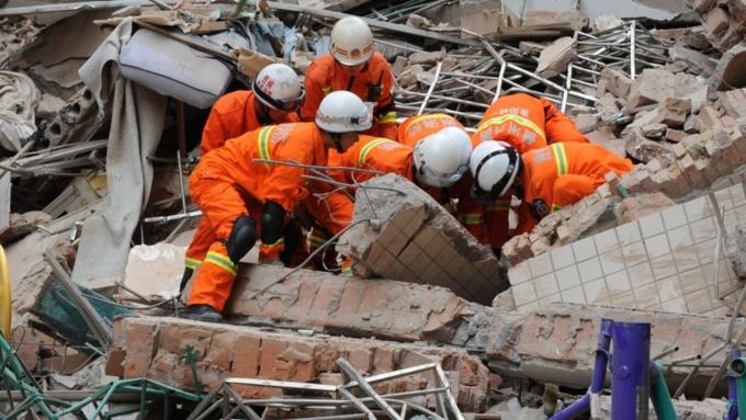 Под завалами рухнувшего вКитайской народной республике  4-этажного дома остаются люди