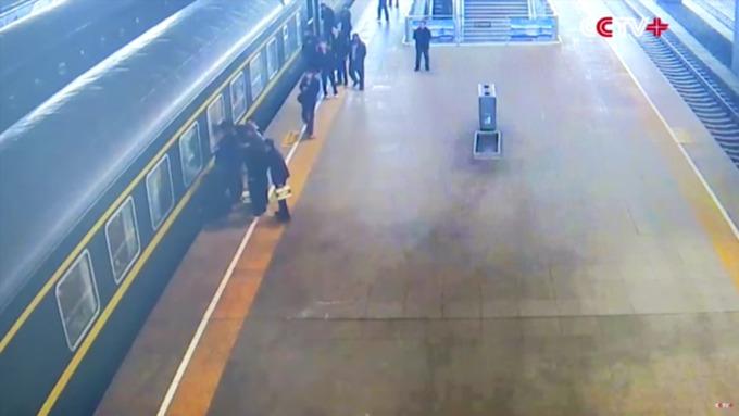 В КНР прохожие спасли девочку, упавшую между поездом иплатформой