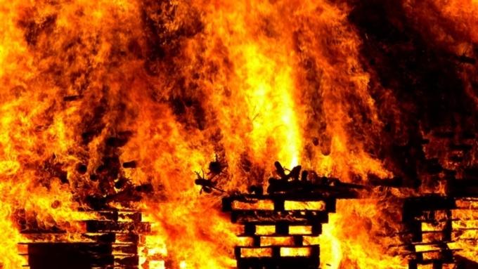 Руководитель семейства умер напожаре вБарнауле, дети и супруга госпитализированы вбольницу
