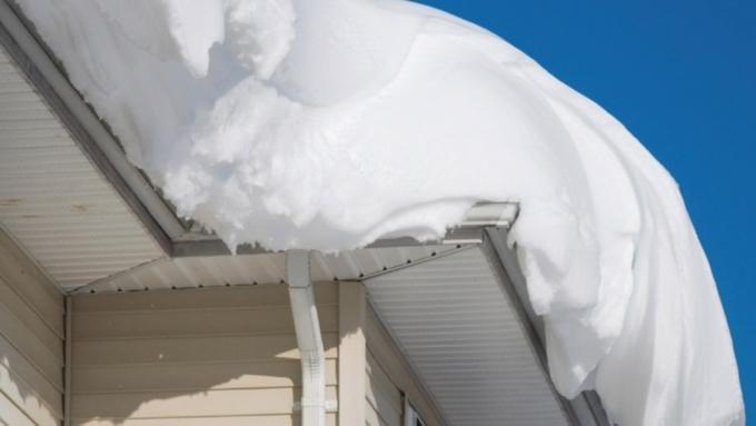 ВБарнауле ком снега скрыши придавил шестилетнего ребенка
