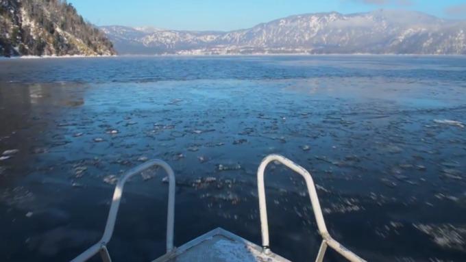 Лопасть рухнувшего наАлтае вертолета немогут поднять изТелецкого озера