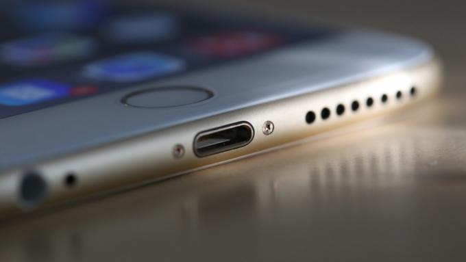Apple разрабатывает новый iPhone 8 вместе с Самсунг