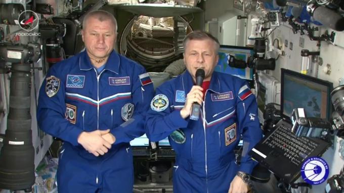 Русские космонавты поздравили женщин с8Марта сборта МКС