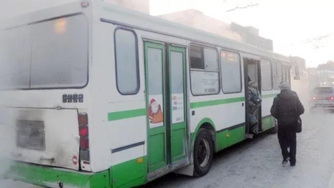 Едва стоящую наногах беременную высадили изавтобуса вБарнауле