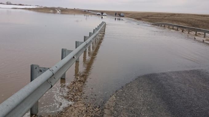 Вода затопила местную дорогу вАлтайском крае