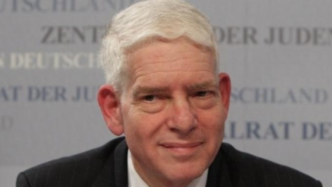 Руководитель совета евреев вГермании предложил возить беженцев вконцлагеря