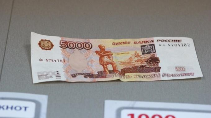 Трое новосибирцев приобретали на липовые 5-тысячные купюры