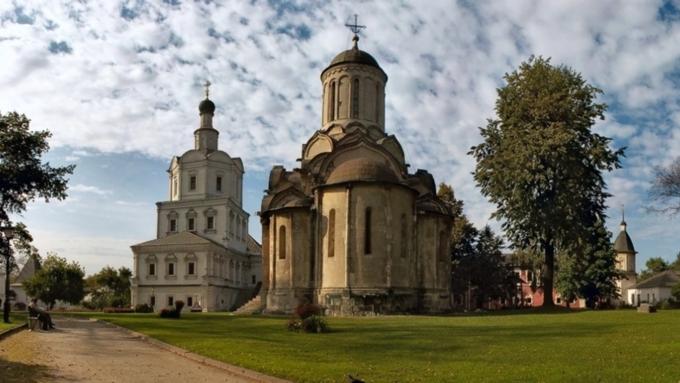 В российской столице вандалы сожгли четырехметровый крест около Андроникова монастыря