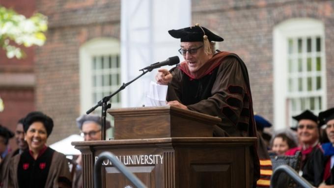 Роберт Де Ниро назвал «тупой комедией» происходящее в США