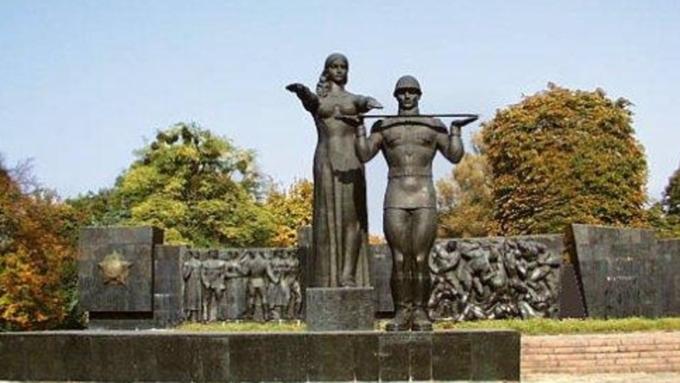 Вандалы облили красной краской памятник славы воЛьвове