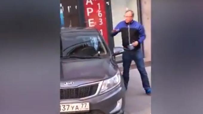 Вцентре столицы натротуаре шофёр сбил девушку инаорал нанее