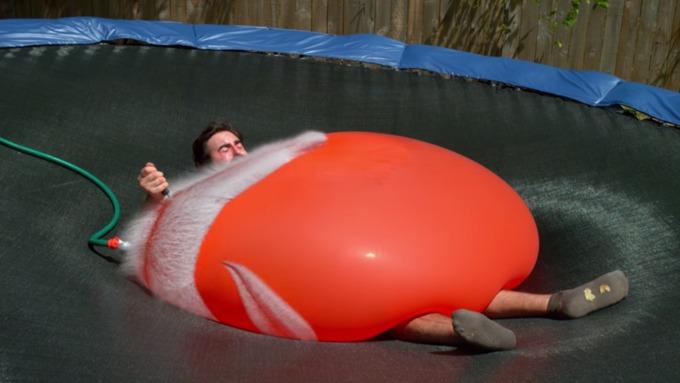 На жителя Америки положили огромный надувной шар сводой ипроткнули его отверткой