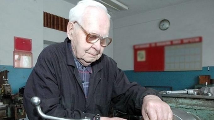Работающим пенсионерам поднимут пенсии максимум на235 руб.