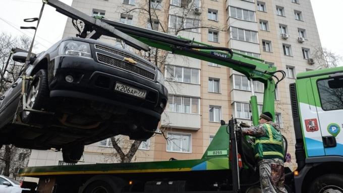 Жительница Новосибирска бросилась под эвакуатор, чтобы посодействовать свекрови