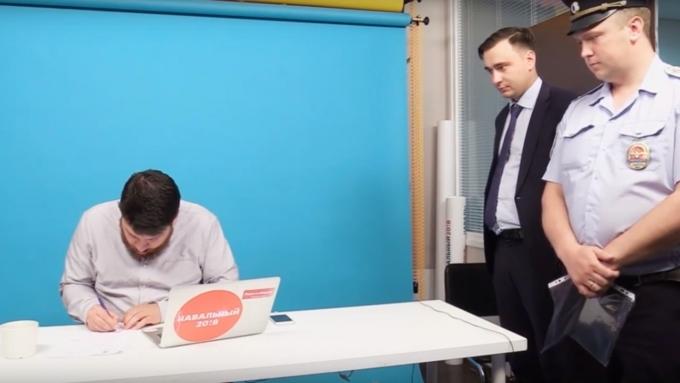 Главе избирательного штаба Навального Леониду Волкову вручили повестку впрямом эфире