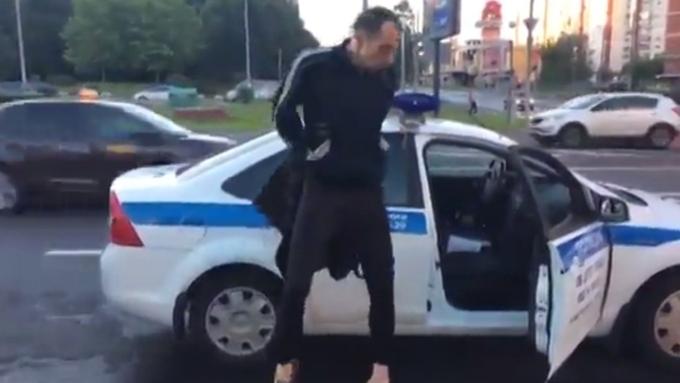 В столице России угонщик влосинах станцевал «сшестом» около патрульной машины