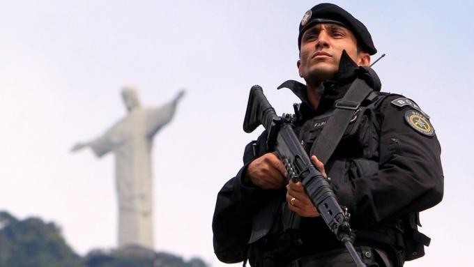ВБразилии неизвестные пытались наавтомобиле пробиться врезиденцию президента