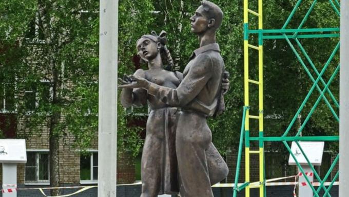 В Российской Федерации установили «эротический» монумент выпускникам 1941 года