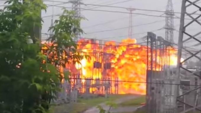 Silný výbuch v elektrické rozvodně v ruském Tomsku se dostal na video