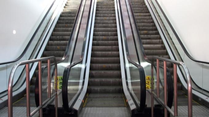 Родители упали на3-летнюю девочку наэскалаторе Московском метро