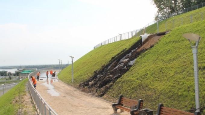 Зеленый склон вНагорном парке Барнаула размыло после дождя