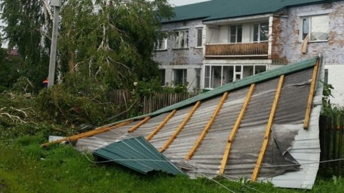 НаАлтае cотрудники экстренных служб устраняют последствия урагана