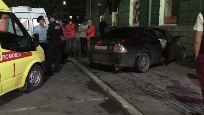 Вцентре Барнаула иностранная машина врезалась встену дома